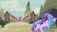 S06E25 Trixie pomaga Starlight uciec z wioski