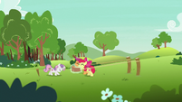Cutie Mark Crusaders stretch a large rubber band S7E7