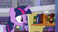 Twilight sees a new book by Mooncurve S9E5