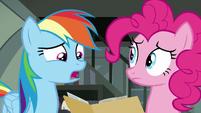 Rainbow Dash reading libelous news articles S7E18