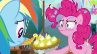 S07E23 Pinkie daje Rainbow kolejne ciasto
