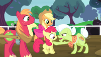 Granny Smith points at Apple Bloom S4E20