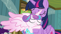 Flurry Heart hugging her Auntie Twily S7E3
