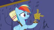 S05E11 Rainbow trzyma zniszczone trofeum