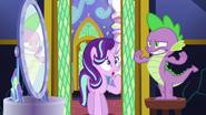 S06E01 Spike pozuje do lustra