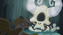 Gilda surprised by Arimaspi's skull S5E8