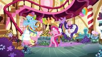 Pinkie Pie throws her friends away S4E18