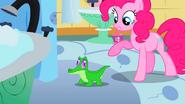 S01E15 Pinkie uśmiecha się do swojego zwierzaka