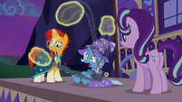 Sunburst struggling with Trixie's chains S7E24