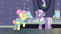 """Fluttershy comments on Jeweled Pony's """"modelle"""" S8E4"""