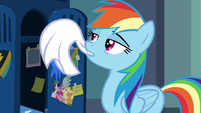 Rainbow Dash hanging her towel S7E7