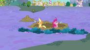 S02E21 Applejack i Pinkie kopią