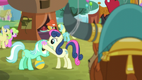 Sweetie Drops putting flower on Lyra's head S5E11