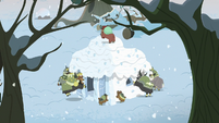 Yona and family smash the snow fort S8E16