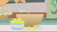 Applejack pouring lemon juice S1E04
