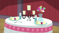 Romantic dinner placement for two S8E10