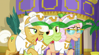 Goldie Delicious winking at Granny Smith S8E5