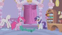 Pinkie Pie holding some fabrics S1E14