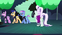Coloratura looking at her backup dancers walking to backstage S5E24