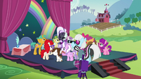 Schoolponies surround Rara S5E24