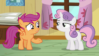 Sweetie Belle glances at Scootaloo S5E04