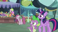 Twilight and Spike observe depressed Pinkie S8E18