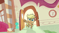 Applejack entering Sugarcube Corner PLS1E3b