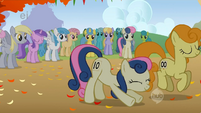 Sweetie Drops stretches before the race S1E13