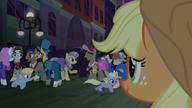 S05E16 Applejack patrzy na szczęśliwe kucyki
