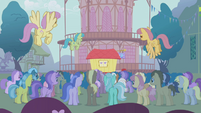 The crowd gathers for the show of Trixie S1E06