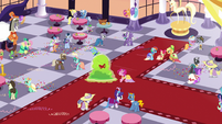 S05E07 Smooze i Pinkie tańczą razem na gali