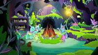 Ocellus and changelings singing carols S8E16