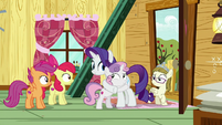 Rarity and Sweetie Belle hugging in the clubhouse S7E6