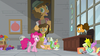 Pinkie Pie approaching Cheese's desk S9E14