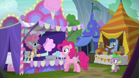 Cotton candy pony giving cotton candy to Pinkie S6E7