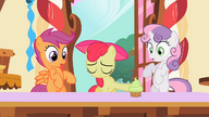 S02E06 Apple Bloom odsuwa od siebie babeczkę