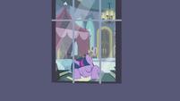 S04E01 Twilight śpi przy pałacowym oknie