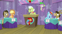 Teams groaning next to Granny Smith S9E16