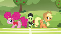 """Applejack """"just try your best, Pinkie"""" S6E18"""