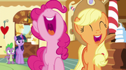 S05E22 Pinkie i Applejack śmieją się z żartu Discorda.png