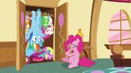 S06E15 Rainbow w szafie Pinkie