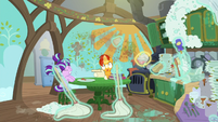 Filly Starlight casting a cleaning spell S6E1