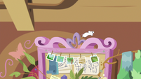 Mouse scurrying on top of dream board S7E5