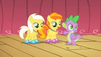 Spike awarding Sunny Daze and Peachy Pie S1E18