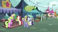 Flower trio selling flowers to the last pony S7E19