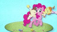 MAFH 02 Pinkie Pie świetnie się bawi z bliźniakami