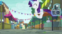 Rarity bouncing up and down S6E3