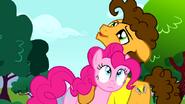 S04E12 Cheese przytula Pinkie Pie