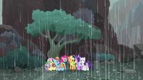 Mane Seven take shelter from rain S8E25