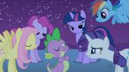 S01E24 Kucyki podziwiają Spike'a